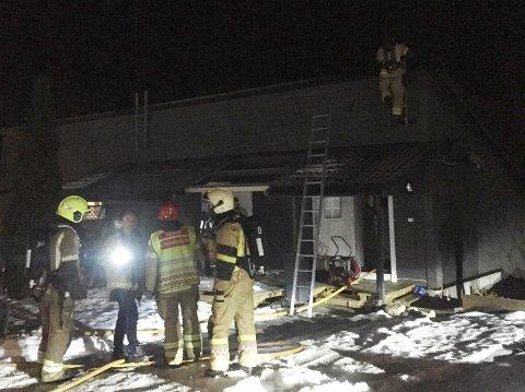 RYKTE UT: Brannvesenet var inne i huset med røykdykkarar klokka 23.27. No luftar dei ut huset etter røykutviklinga.