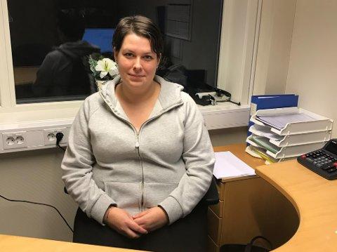 RÒTE GJORT: – Det er ròte gjort å berre plukke seg eit tre på denne måten. Det er lov å spørje før ein går og forsyner seg, seier Elisabeth Vasseth Antonsen (30).
