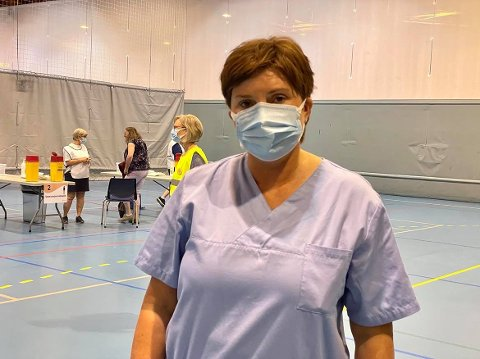 REKORD: Førre veke sette dei tilsette og frivillige ved vaksinestasjonen rekord i tal vaksinasjonar gitt for Sunnfjord: – Vi vaksinerte 1400 personar på ein dag, seier Trude Erdal, vaksinekoordinator.