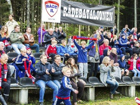 ENTUSIASME: Råde IL har en viktig posisjon i lokalsamfunnet. Her har de møtt opp for å støtte klubbens fotballag i Idrettsparken.