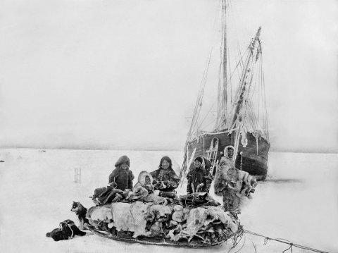 EKSPEDISJON: Netsiliker besøker Amundsens skip Gjøa i Gjøahavn 1904.