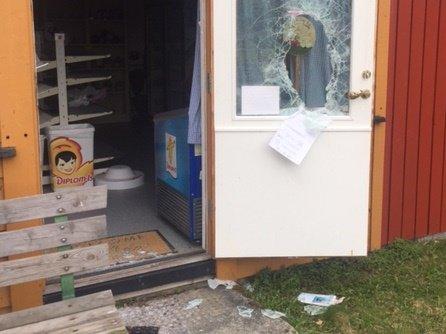 TYDELIGE SPOR: Det var liten tvil om hva som hadde skjedd, da en turgåer kom til kiosken på Enhus om formiddagen påskeaften.