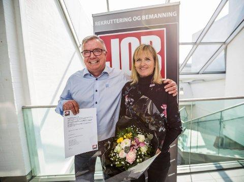 Raus og ivrig: Line Viken Borgersen fikk 10.000 kroner av Jobzones Per Kristian Johansen for sitt arbeid i Kenya.