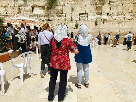 VED KLAGEMUREN: Foran den berømte klagemuren i Jerusalem. Til venstre samtaler jødiske kvinner og menn over gjerdet som skiller dem fra hverandre.