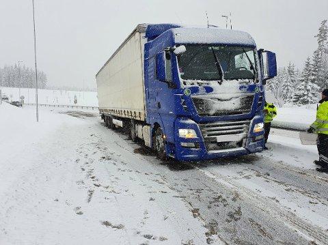 Denne polske sjåføren kom ikke veldig langt inn i Norge før det gikk galt. Han ble pålagt å legge på kjetting etter å ha kjørt seg fast ved tollstasjonen i Ørje.