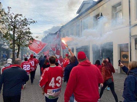 Det var ellevill stemning i sentrum av Hønefoss, da Red Beavers marsjerte i samlet tropp til hallen.