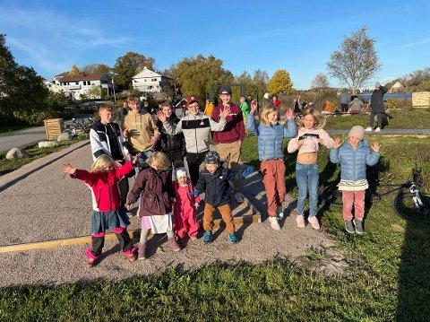 Så fornøyde er barn og unge i Møllerodden-/Bekkhus-området over at villniset er borte – og erstattet med en flott aktivitetspark.