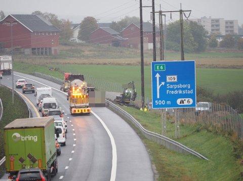 ÅRSAKEN: Fiberbrudd ved E6 i Sarpsborg har fått store konsekvenser. Tusenvis av nettkunder er rammet.