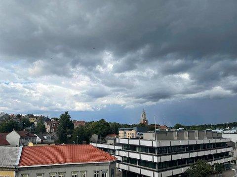Skyene var truende over Fredrikstad søndag ettermiddag. Vi blir nok ikke helt kvitt skyer og fare for regn til uka, heller, men meteorologen tror lettere vær og mye tørt vær fra og med tirsdag.