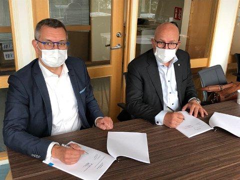 MED MASKE: Jukka Holkeri, president i finske Patria ISP ogTerje Bråthen i Kongsberg Gruppen signerte onsdag papirene.