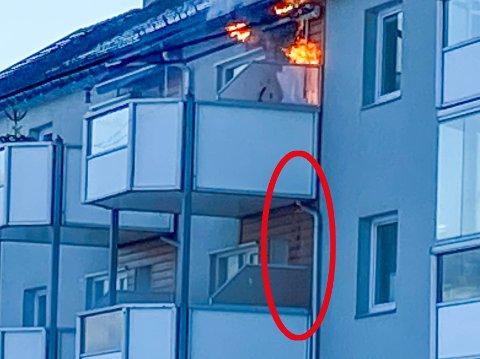 SYNLIG: Brannvesenet ser i ettertid at bildene i Gjengangeren avslører hva som var i ferd med å skje. På innsiden av kledningen har brannen begynt å spre seg nedover. Tidlig i forløpet var det ennå bare synlig som en mørk skygge på panelet.