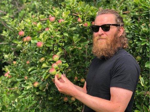 EPLER: Om noen måneder skal dette bli til cider som skal serveres på flere utesteder på Bryne, forteller Jostein Magnussen.