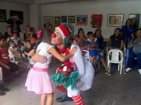 JULEFEST: Doctor Clown tar oppdraget med å dele ut gavene fra Norge og lage en julefest for barna.