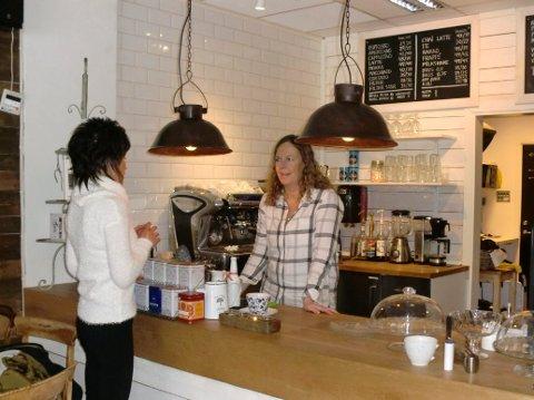 Welle kafé er stengt fra i dag torsdag. Her er innehaver Vibecke Margareth Welle bak disken, fra året de startet.