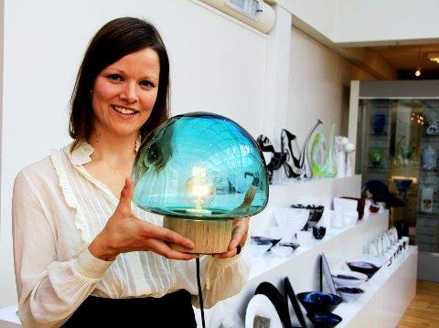 """Caroline Olsson med  """"Skog"""", lampen som var hennes bacheloroppgave i industridesign i 2011. Nå skal den til Paris og representere norsk formgiving."""