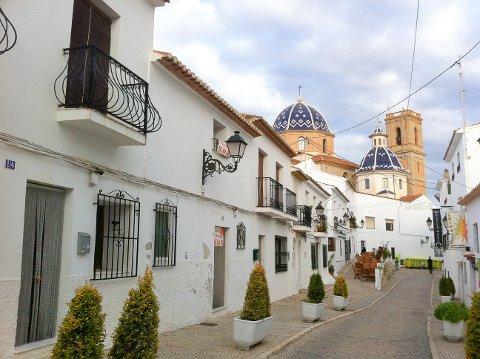 Det mest fotograferte motivet i Altea er nok dette - gata San Miguel som munner ut på kirkeplassen med den blå kuppelen som er symbolet på Costa Blanca.