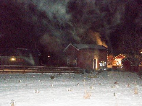 MYE RØYK: Ingen personer ble skadet, men uthuset på Sander fikk endel røykskader lørdag kveld. FOTO: PER HÅKON PETTERSEN