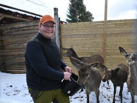 - Jeg synes det er innmari trivelig å holde på her, sier Thomas Ljøner Grønnerud om hjortefarmen.