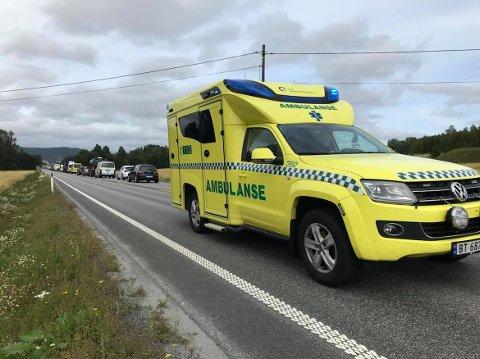 PÅ VEI FRA STEDET: En ambulanse på vei fra ulykkesstedet etter ulykken på E16 ved Skarnes torsdag formiddag.