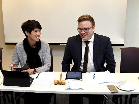 RØDE TALL: Varafylkesordfører Aud Hove (t.v) og fylkesordfører Even Aleksander Hagen må ta stilling til de strammere økonomiske rammene i fylkesutvalgsmøte 21. november.