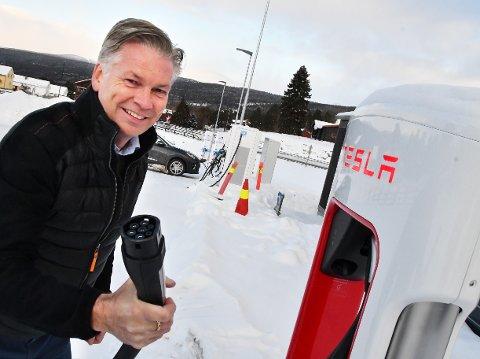 STOR UTBYGGING: Øyvind Frich på Dombås fikk Teslas første ladestasjon i Europa. Nå har Dombås største ladestasjonen i Gudbrandsdalen for de ulike elbiltypene.