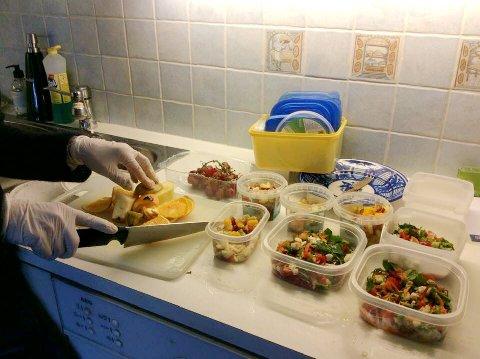 På kjøkkenet til Jossi Lind. Hennes langt yngre venninne, Merete, har hjulpet til med å skjære opp frukt og grønt.