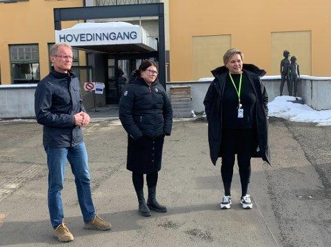 Avdelingsleder for bildediagnostikk Frode Totlund (f.v.), divisjonsdirektør Kari Mette Vika og kommunikasjonssjef Line Fuglehaug ved Sykehuset Innlandet.