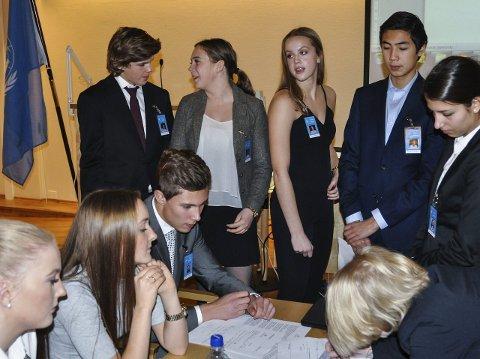 KINA-DIPLOMATI: Kina-delegasjonen ved bordet., Katrine Haugen, Ingrid-Kristine B-Holthe og Magnus Karlsen (Hadeland vgs.), fikk stor oppmerksomhet fra mange land i håp om tilslutning fra Kina til sine resolusjoner