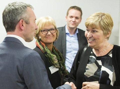 EIER: Randi Eek Thorsen (midten) er styreleder i Amediastiftelsen som eier Amedia-avisene, deriblant avisen Hadeland. – Jeg har overhodet ingen påvirkningskraft på innholdet i avisene, sier hun. Bildet er fra offentliggjøringen av eierskiftet. Til høyre er LO-topp Gerd Kristiansen. Foto: Berit Roald / NTB scanpix