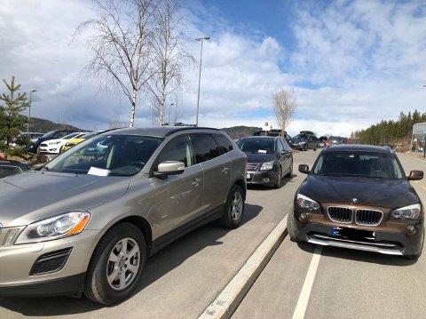 IKKE BOT: Bilen til venstre har fått bot, mens bilen utenfor ikke har fått det.