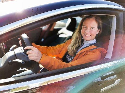 STOR NOK: – Som en familiebil med tre barn er den nok i minste laget, men nå har barna flyttet ut. Til to er den helt perfekt, sier Marit Billington Sellevoll om elbilen som hun og mannen kjøpte i sommer.