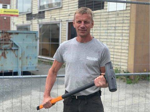 KLAR: Torstein Skiaker i Skiaker Bygg AS står klar til å rive bygget i Storgata i Gran. Grovjobben blir nok gjort ved hjelp av gravemaskin.