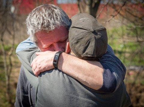 VENN: Tom Andreassen får en varm klem av en av de han hjelper i et fattig område et par timer sør for Bucuresti.