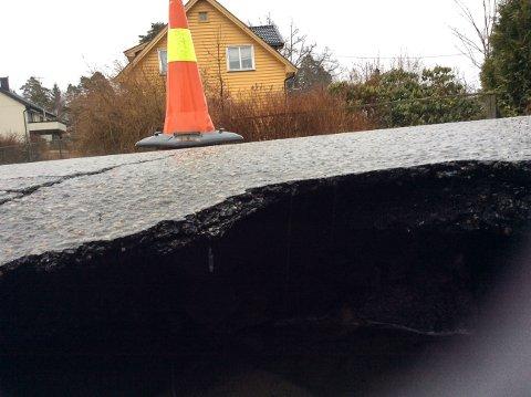 HULL I VEIEN: Et synkehull i veikrysset mellom  Glenneveien og Furuveien gjorde skade på et bildekk onsdag morgen.