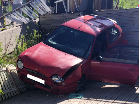 Bilen har fått store skader. (Foto: Johnny Larsen)