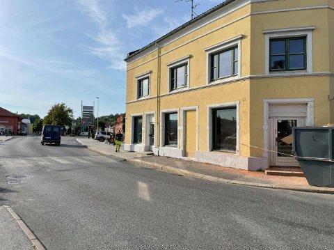 IKKE HER LENGER: Halden kommune har flyttet fotgjengerfeltet på Bakbanken fra Fisketorget 1 til Fisketorget 2, det vil si mellom Byhagen og bygningen som huser OK Trykk og Kildebo blomster.