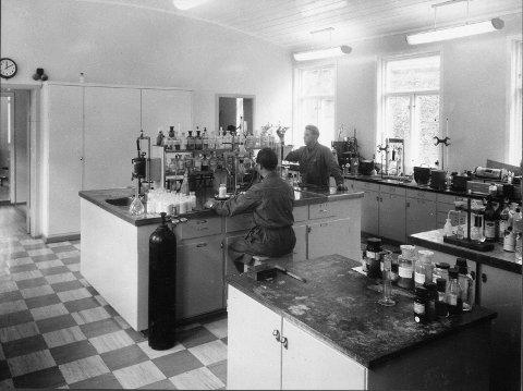 Jonny SDaue og Lars Syse på laboratoriet på Odda Smelteverk i 1959