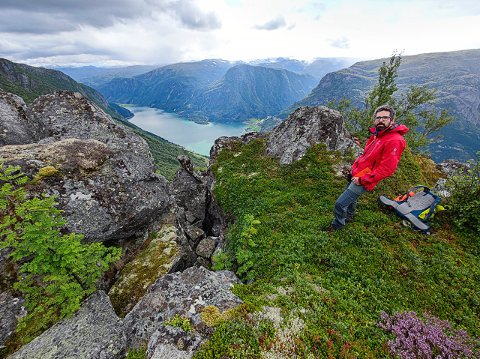 NGU-forskar Pierrick Nicolet på Kinn over Odda. NGU arbeider for å koma fram til fare- og risikoklassifisering knytt til ustabile fjellparti.