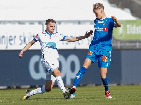 Haugesunds Torbjørn Kallevåg (t.v) i duell med Tromsøs Onni Valakari i eliteseriekampen i fotball mellom FK Haugesund og Tromsø på Haugesund stadion.