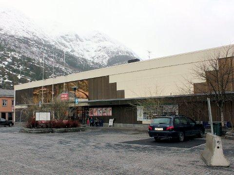 Blir senter: Det såkalte Domusbygget på torget i Mosjøen skal renoveres og fylles med butikker, helst før jul 2015. Foto: Jon Steinar Linga