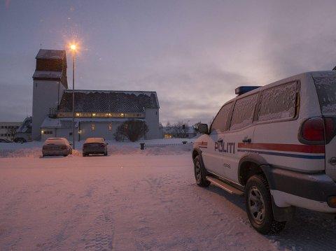 Kirken i Kirkenes hvor tre asylsøkeren nå holder tilflukt, ligger kun et steinkast unna politistasjonen i Kirkenes sentrum. Foto: Torstein Bøe / NTB scanpix