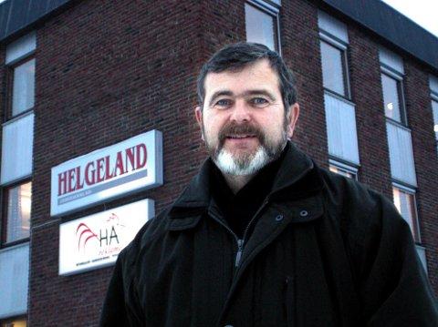 HISTORIENS HUS: Her står Are Andersen utenfor avishuset i Fearnleys gate i 2004. Nå er alt ombygd, men fremdeles står Helgeland Arbeiderblads gamle logo på solskjermingene.