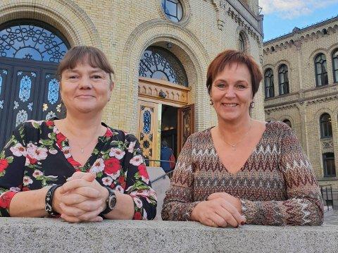 Margunn Ebbesen og Hanne Dyveke Søttar er begge fornøyde med å ha funnet plass til en ekstra 50 prosentstilling for jordmor i Vefsn.