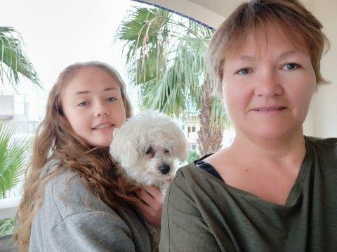 Avbryter oppholdet: Anne Merete Seljeli (50) og datteren Nanna (15) og hunden Ninni må avbryte jenteåret i Spania på grunn av koronaepedemien.