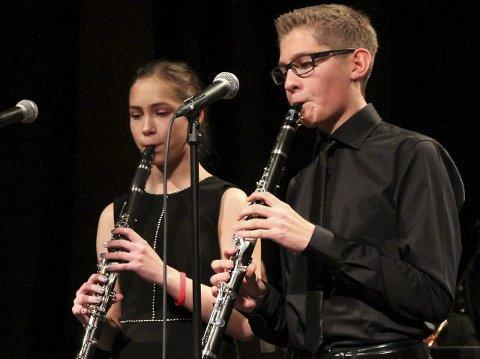 DE YNGSTE: Kristine Djupå (12) og Sander Evensen (15) er såpass unge at de ennå ikke er fullverdige medlemmer av bymusikken, men solo får de spille likevel. Det er de vant til, sier de to.