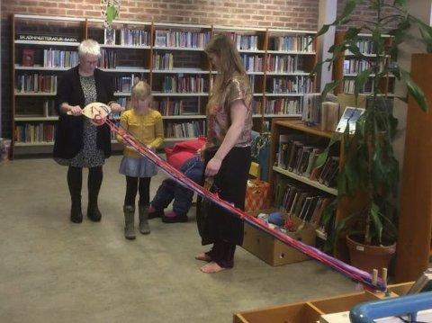FESTIVALER: Strikkefestival ble holdt på biblioteket i Kirkenes forrige helg. Foto: Dagfinn Gjerde