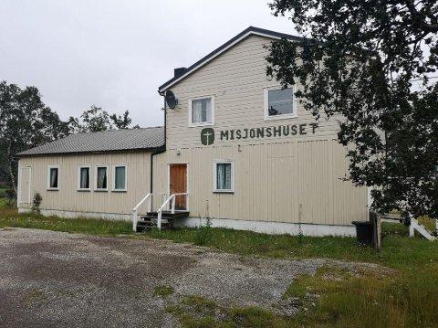 SELGES: Misjonshuset i Austertana har vært ute for salg siden oktober ifjor. Nå håper eierne på å fart på salget ved å skru ned prisen.