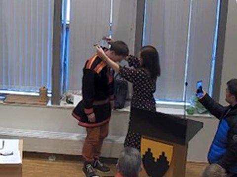 Her får Sigurd Rafalesen overakt ordførerkjedet av avtroppende ordfører i Lebesby kommune, Stine Akselsen. Hun har hatt vervet i ti år.