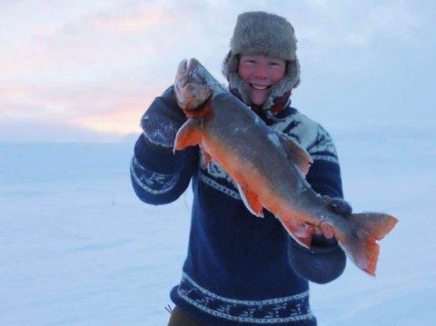 FIKK FISKESKJELVEN: – Jeg vet egentlig ikke helt hva som gikk gjennom hodet mitt da, eneste jeg klarte å gjøre, var å hyle av glede, sa Dennis Ulmo til Fiskeavisen etter at han satte ny personlig isfiskerekord på Finnmarksvidda.