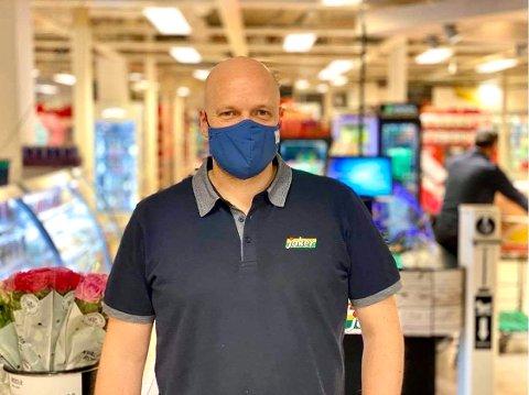 KJØPMANN: Terje Strandskog har vært kjøpmann for Spar i 14,5 år, og synes det er helt greit at de nå er en Joker-butikk.